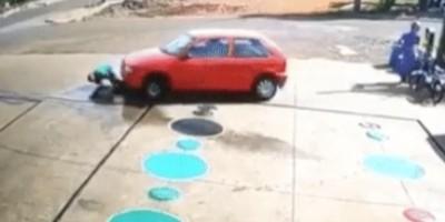 Paraná: Carro passa por cima de frentista que estava agachado em posto de combustíveis;...