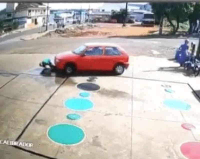 Paraná: Carro passa por cima de frentista que estava agachado em posto de combustíveis; veja o vídeo