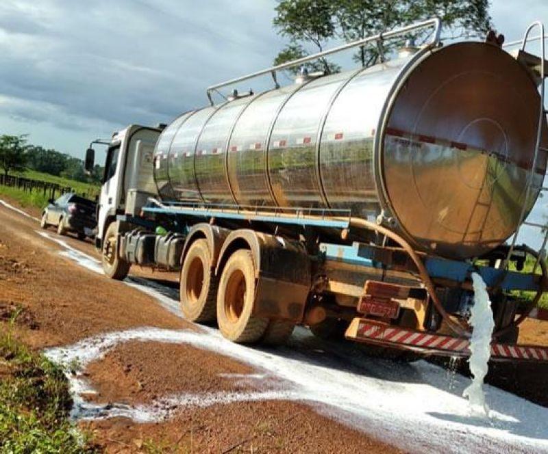 Pecuaristas protestam contra o baixo preço pago pelo leite em Rondônia; veja o vídeo