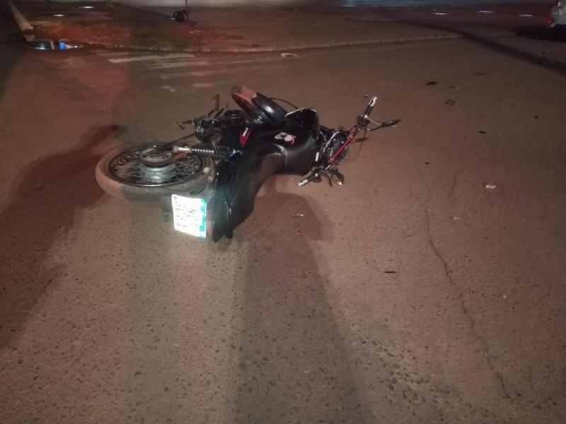Carro invade via preferencial e acaba atingindo motociclista no centro de Rolim de Moura
