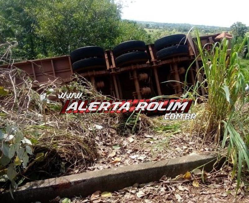 Carreta carregada com 85 cabeças de gado tomba na RO-489 após pane em São Felipe; Animais foram carneados por populares após autorização; veja o vídeo