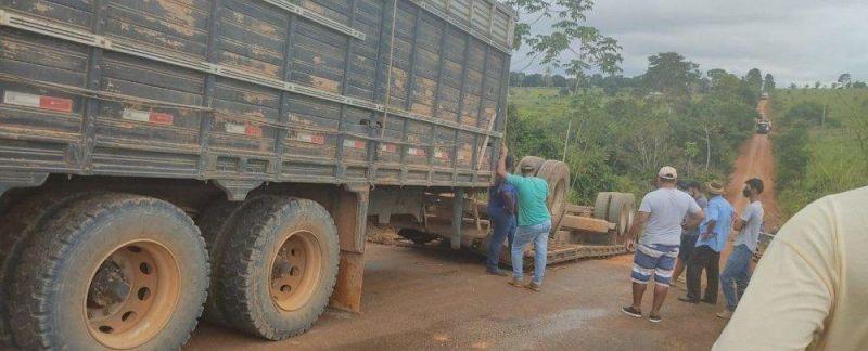 Caminhão boiadeiro carregado tomba na zona rural de Vale do Anari
