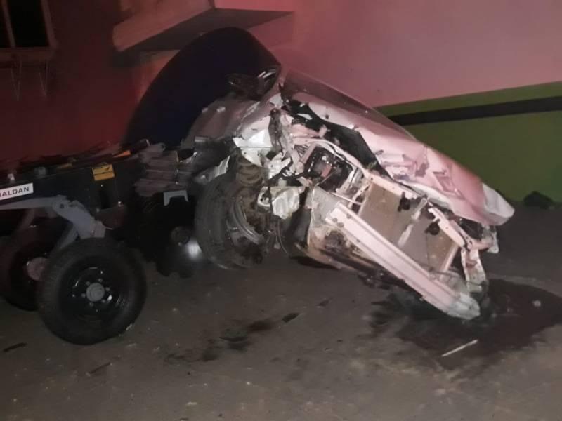 Motorista em alta velocidade perde controle da direção, quase atropela ciclista e bate em maquinários agrícolas em Vilhena