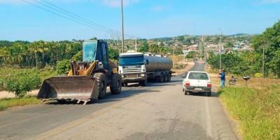 Santa Luzia: Caminhão carregado de leite não consegue subir morro e quase causa...