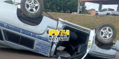 Carro de funerária capota ao passar em quebra-molas na BR-429 em Seringueiras; veja o...