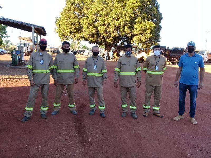 Equipe de eletricistas da Secretaria de Obras de Rolim de Moura recebe uniforme antichamas