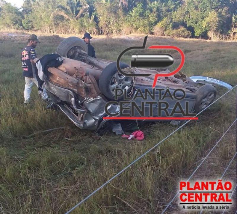Carro capota em grave acidente em distrito de Ji-Paraná