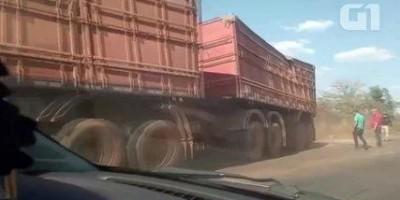 Carreta de milho tomba na BR-364 e causa congestionamento em Cacoal