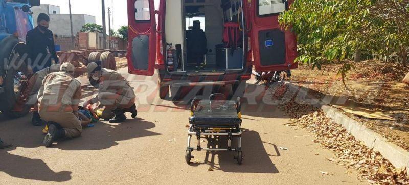 Condutora de moto é socorrida pelos bombeiros após colidir na traseira de caminhão em Rolim de Moura