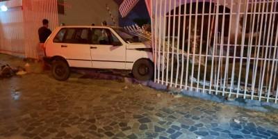 Motorista completamente embriagado perde o controle do veículo e bate contra muro de...