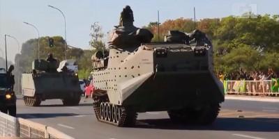 Marinha desfila com blindados e outros veículos militares em frente ao Palácio do...