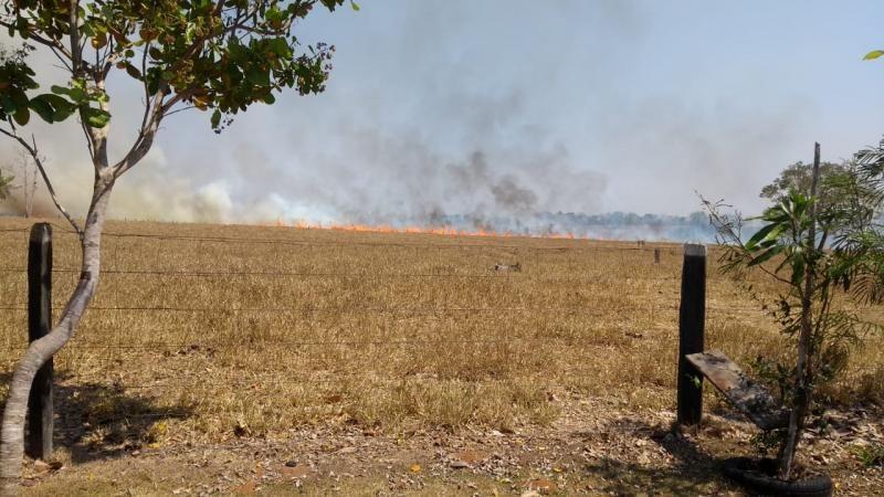 Atualização: Incêndio de grandes proporções atinge propriedades nas linhas 196, 192, 184 e 180 em Rolim de Moura; veja vídeos