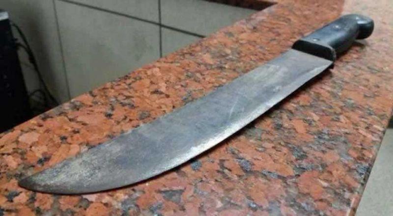 Enteado é atacado a golpes de facão pelo padrasto ao defender a mãe