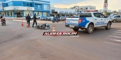 Colisão entre moto e carro deixa uma pessoa ferida no Centro de Rolim de Moura