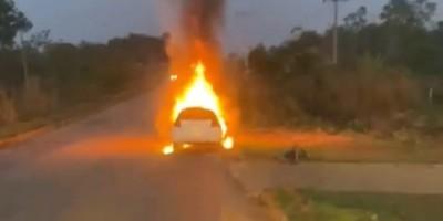 Motorista com sinais de embriagues é salva por testemunhas após carro pegar fogo em...