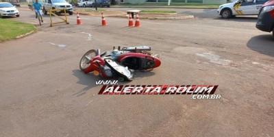 Colisão entre moto e carro deixa motociclista ferida em Rolim de Moura