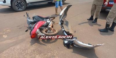 Mulher fica ferida após acidente entre carro e moto no centro de Rolim de Moura
