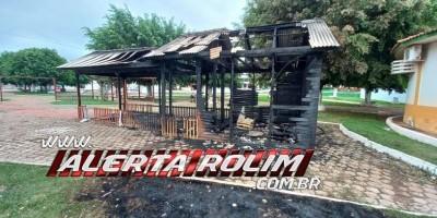 """Rolim de Moura: """"Casa do Papai Noel"""", na Praça Durvalino de Oliveira, é destruída..."""