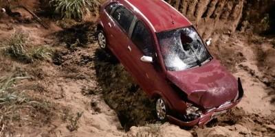 Jovem inabilitado perde controle da direção de carro e cai dentro de vala em Vilhena