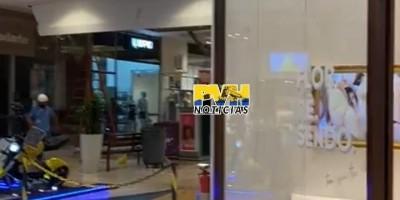Parte do forro do Porto Velho Shopping desaba com vazamento de água; veja o vídeo
