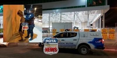 Transtornado, homem chuta moto, taca pedra em carros, invade supermercado e é preso pela...