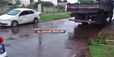 Carro e caminhão se envolvem em acidente no centro de Rolim de Moura