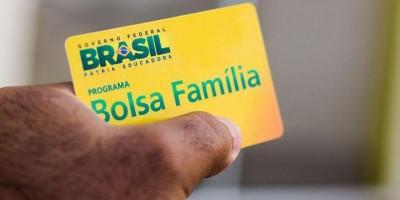 Governo deve anunciar nesta terça novo programa Auxílio Brasil, com valor de R$ 400;...