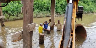 Prefeitura de Rolim de Moura inicia recuperação da ponte do travessão das linhas 192 e...