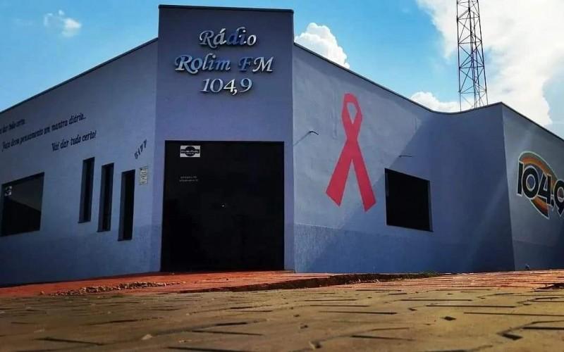 Rádio ROLIM FM, 104,9, preparada e personalizada para o Outubro Rosa