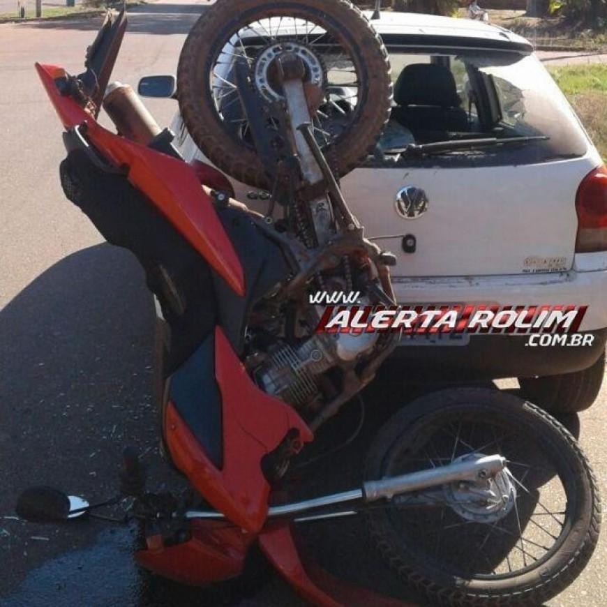Rolim de Moura - Motociclista colide na traseira de carro estacionado na Avenida Macapá