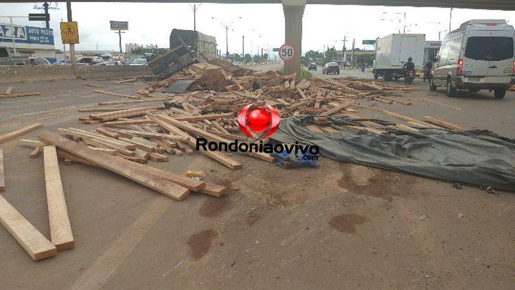 Carreta tomba na BR-364 e deixa rodovia interditada