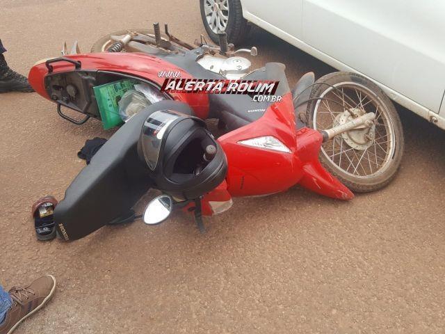 Rolim de Moura - Condutora de moto é encaminhada ao pronto socorro após se chocar contra carro em cruzamento no Centro da cidade