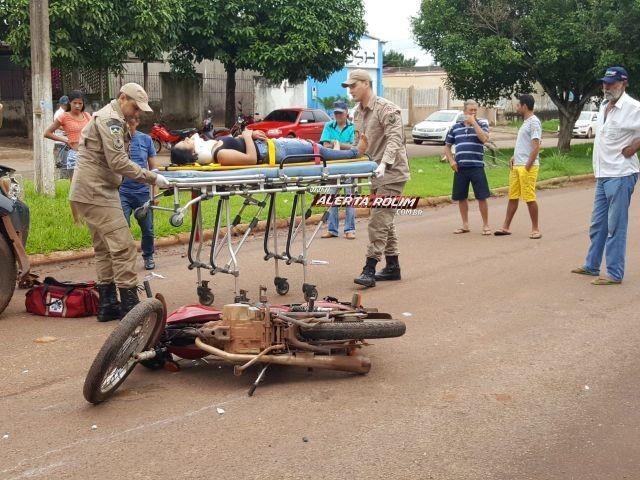 Rolim de Moura – Mulher é socorrida pelo Resgate após ser atingida por camionete no cruzamento da Rua Barão de Melgaço com Avenida Manaus