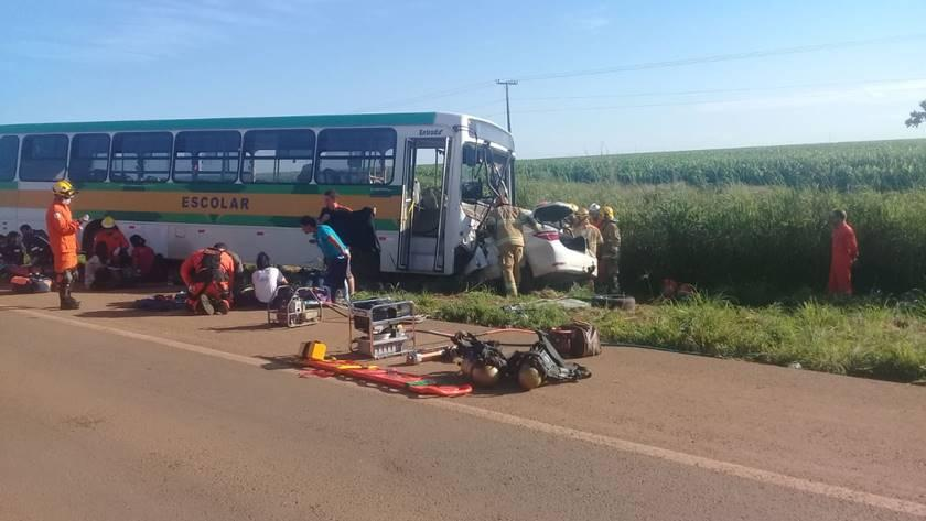 Acidente com ônibus escolar mata 2 mulheres e deixa 16 alunos feridos