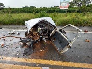 Automóvel parte ao meio e dois homens morrem na BR-365