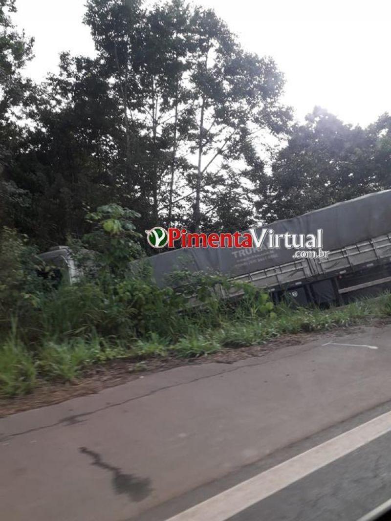 Acidente entre carretas deixa trânsito lento na BR-364 em Rondônia