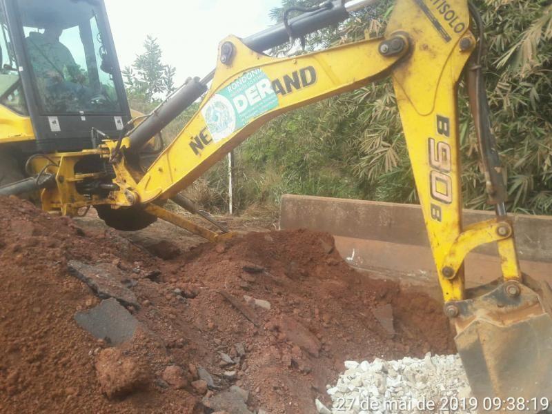 DER realiza manutenção na cabeceira da ponte do rio bamburro na RO-383