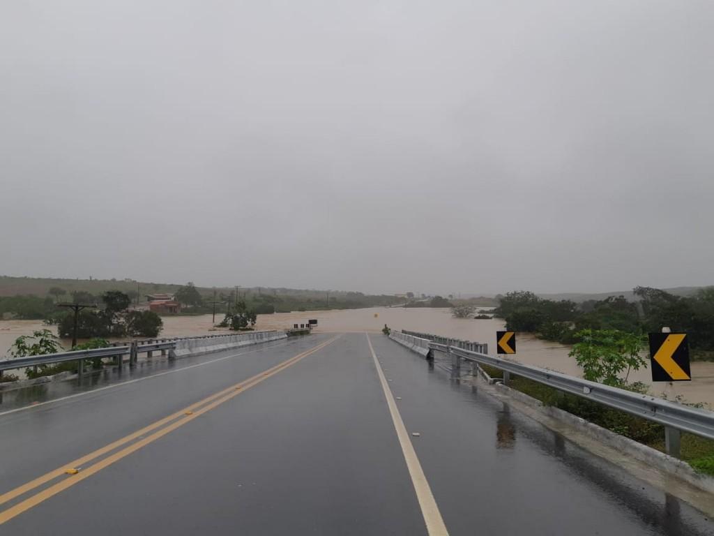 Imagens mostram o rompimento da barragem em cidade na Bahia. Vídeo