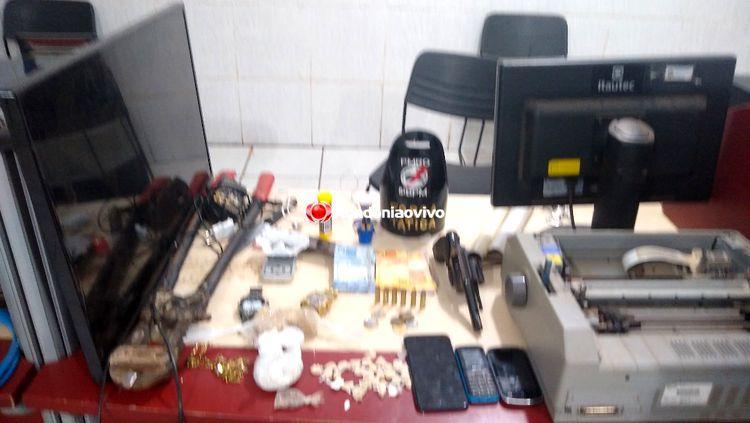 FLAGRANTE: Quadrilha é presa em bar de fachada com droga, arma e rádio da polícia