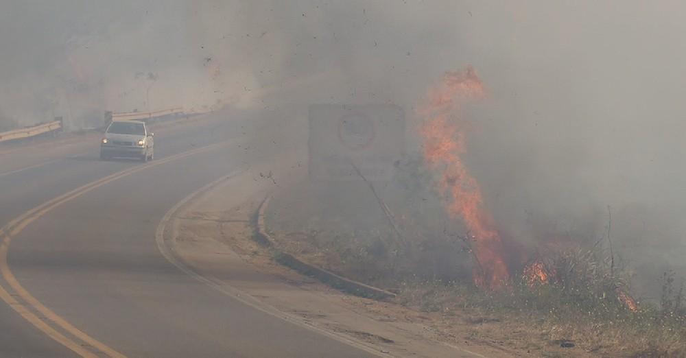 Incêndio atinge área florestal às margens da BR-364 em Ariquemes, RO