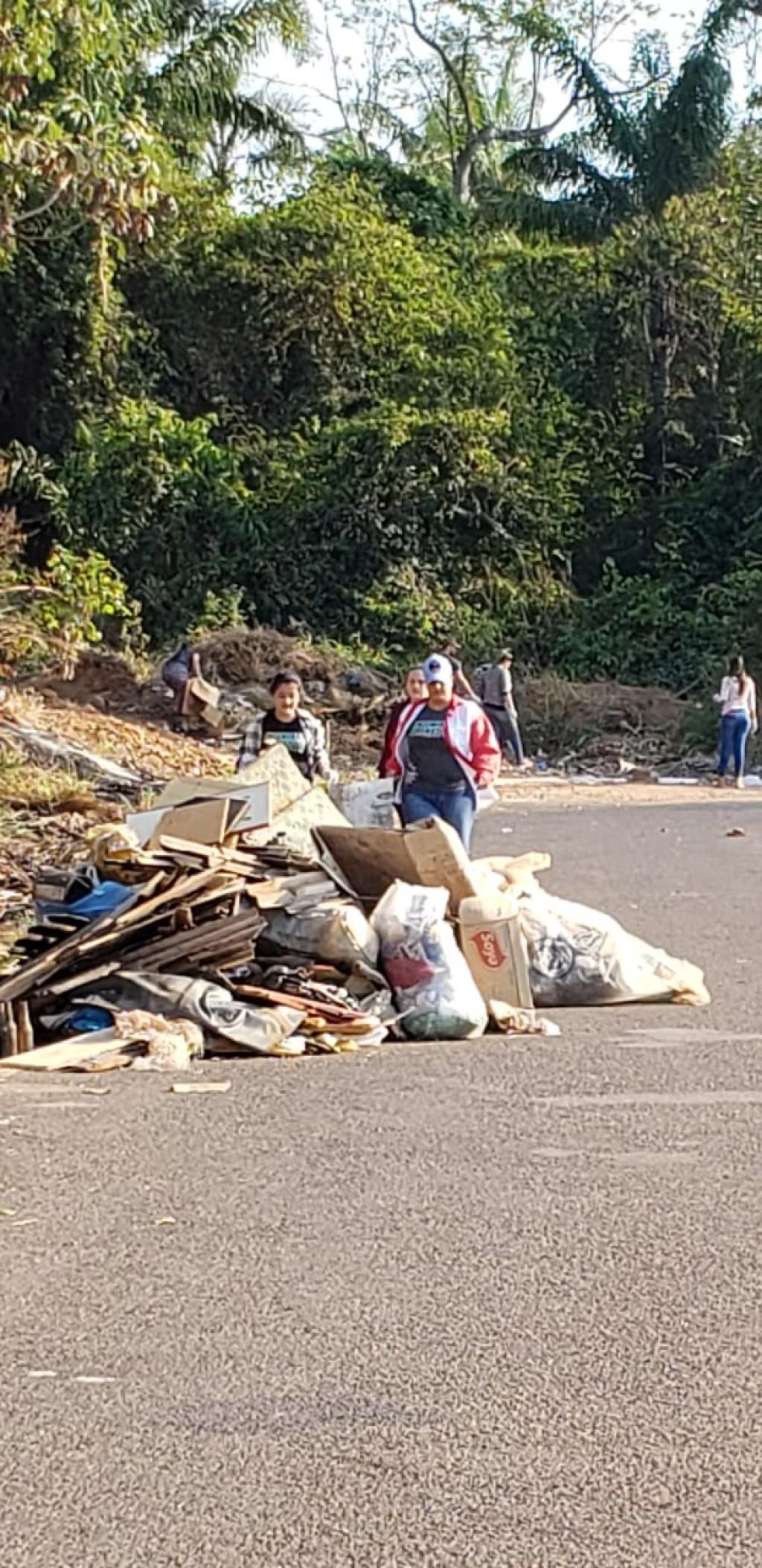 Alunos de Engenharia Florestal da Unir recolhem lixo nas margens da mata do loteamento jequitibá em Rolim
