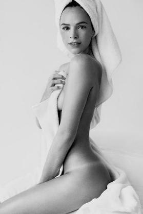 Bruna Marquezine posta foto nua e recebe elogios