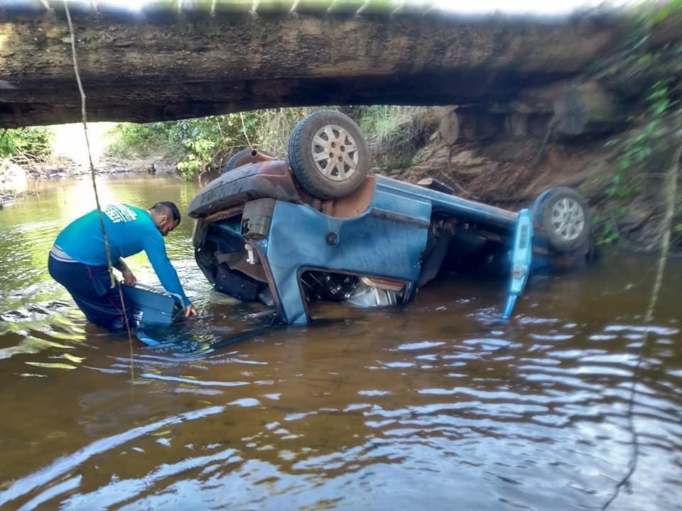 ESPIGÃO DO OESTE: Mulher tira selfie após carro cair de ponte na zona rural