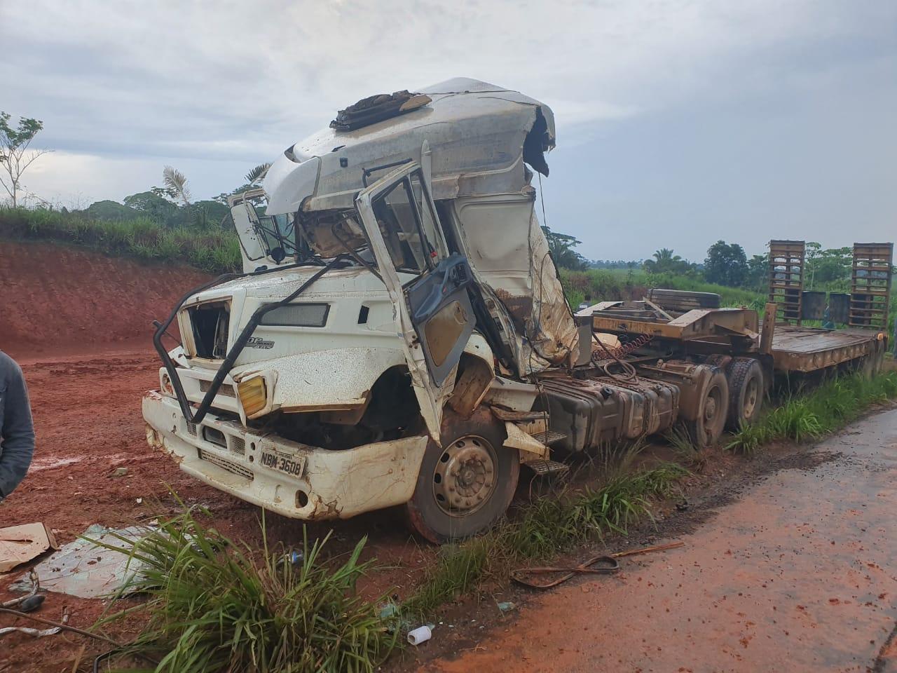 JARU: Acidente entre dois caminhões na BR 364