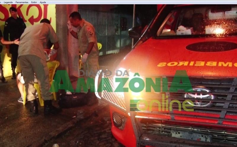 Garota de programa desfere golpe em homem com copo quebrado em Ji-Paraná