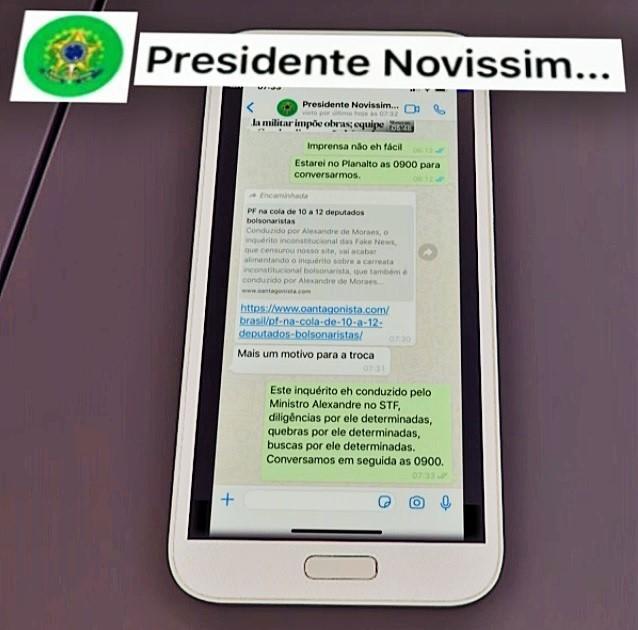 Moro exibe troca de mensagens em que Bolsonaro cobra mudança no comando da PF