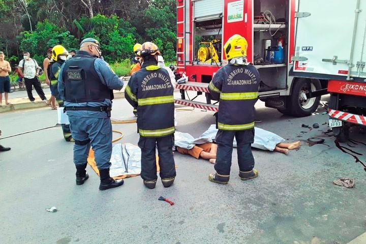 Casal morre após colidir moto contra caminhão-baú em violento acidente em Manaus; veja o vídeo