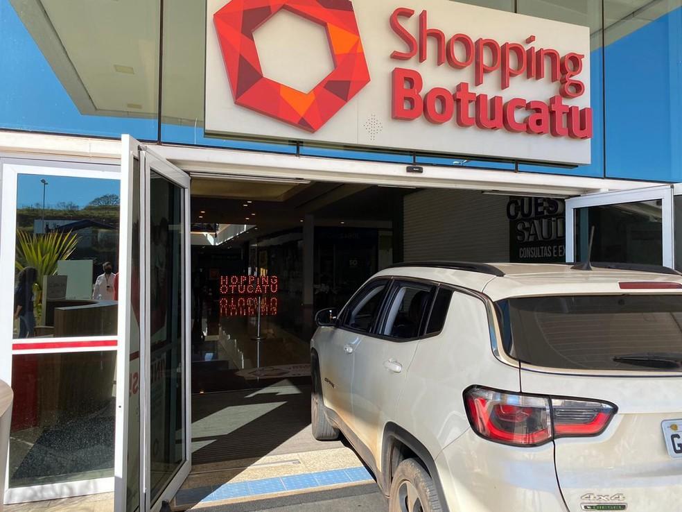 Shopping adota drive-thru e libera carros nos corredores das lojas ...