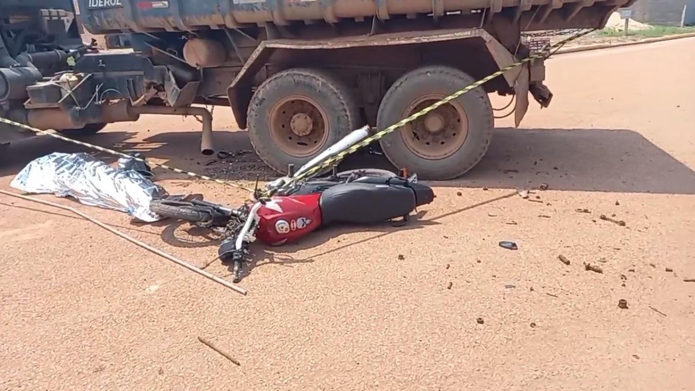 Motociclista morre esmagado após bater contra caçamba em Porto Velho; veja o vídeo