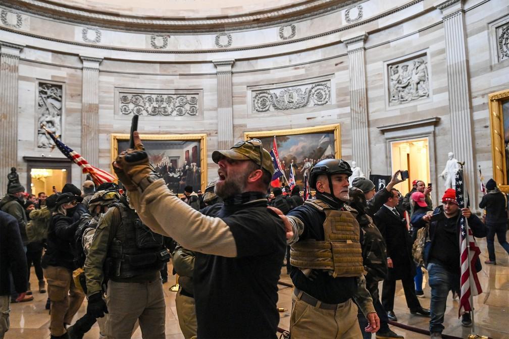 Apoiadores de Trump invadem Congresso nos EUA